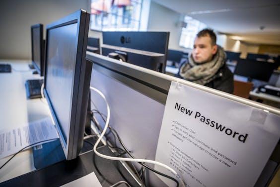 Het aanmaken van een nieuw wachtwoord bij Maastricht University, waar het onderwijs weer hervat wordt.