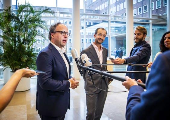 Wouter Koolmees (L), minister van sociale zaken en Eric Wiebes (R), minister van economische zaken.