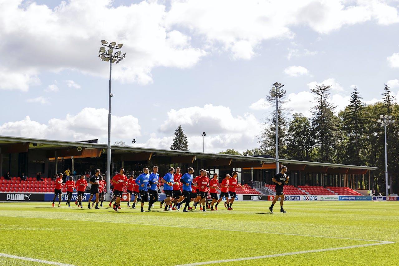 PSV-selectie onder leiding van fysiek trainer Benjamin Kugel tijdens de eerste training van de topclub in aanloop naar het seizoen 2020-2021. PSV is een van de titelfavorieten in de Eredivisie.