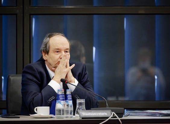 Demissionair staatssecretaris van Financien Hans Vijlbrief tijdens een overleg in de Tweede Kamer over de Belastingdienst.