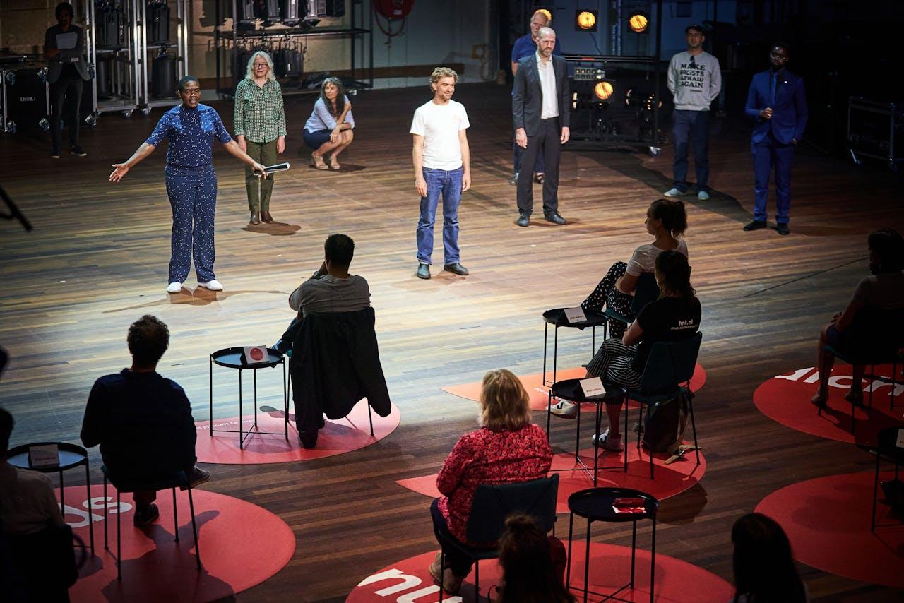 Theaterliefhebbers in de zaal van de Koninklijke Schouwburg.