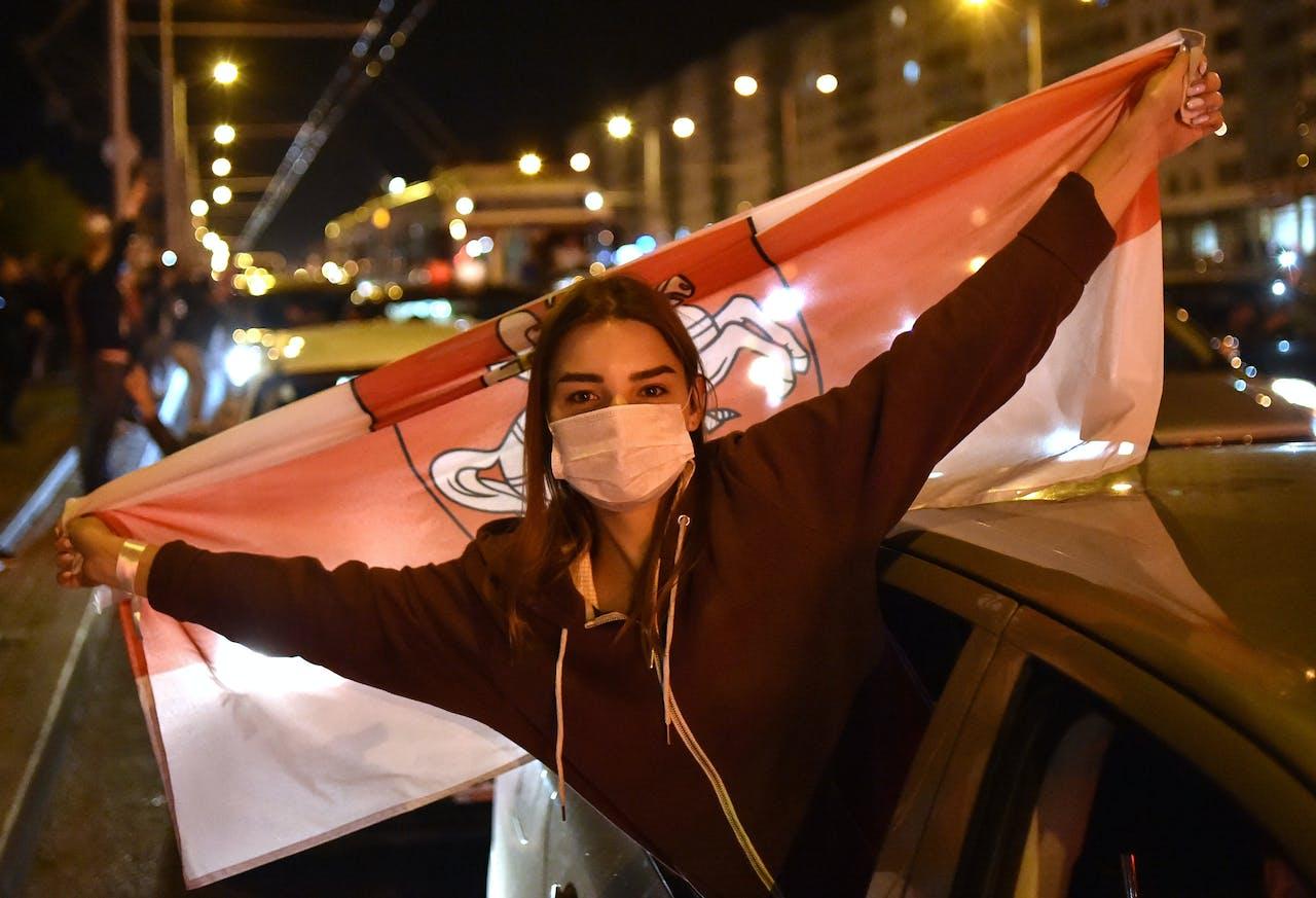 Een vrouw met een mondkapje demonstreert in Belarus