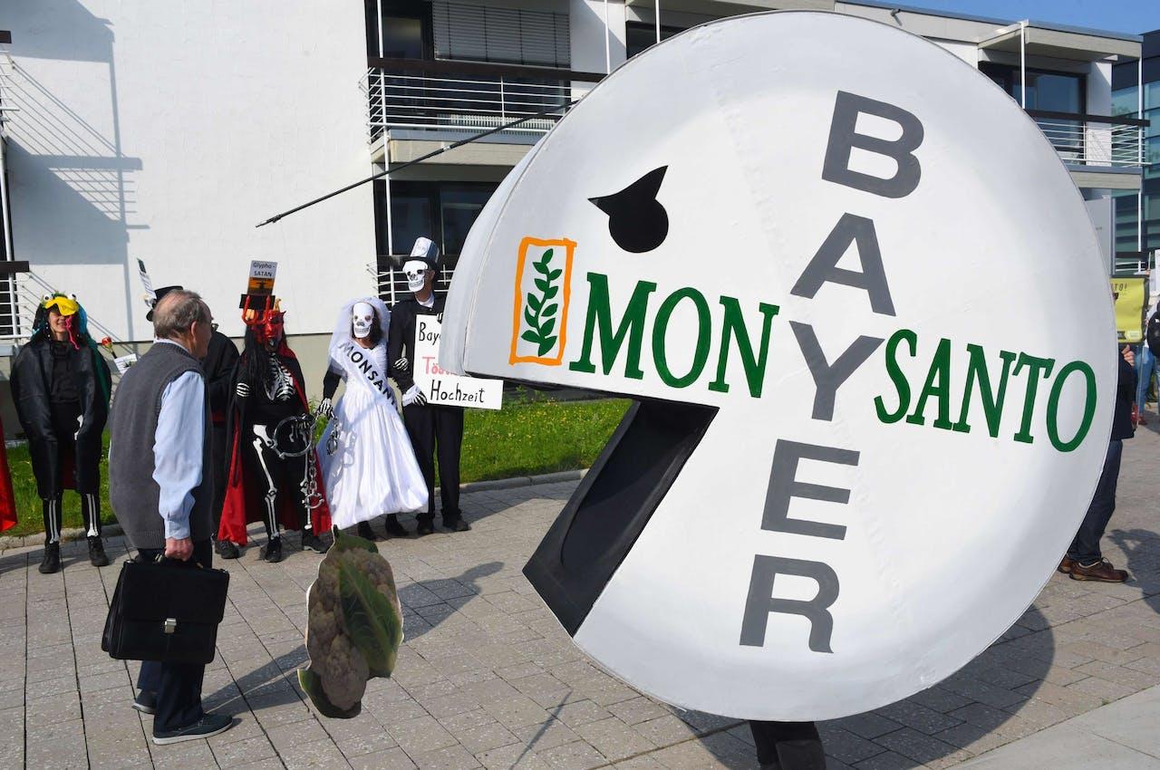 Demonstranten protesteren tegen de overname van Monsanto door Bayer.