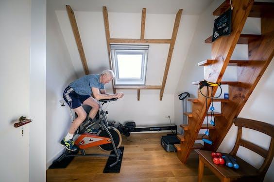 Een oudere man gebruikt zijn zolderkamer om te blijven sporten
