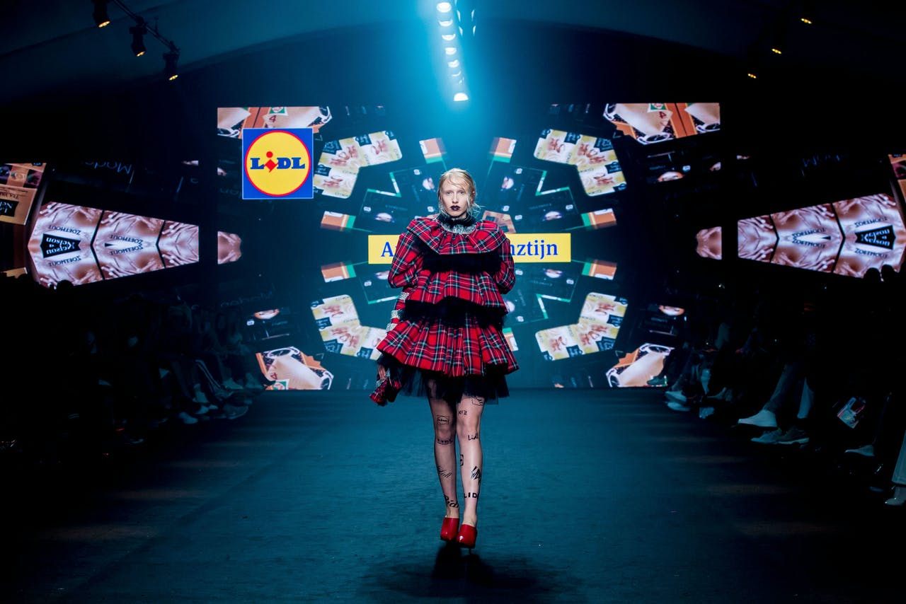 Model op de catwalk van de show van Lidl tijdens de Amsterdam Fashion Week.
