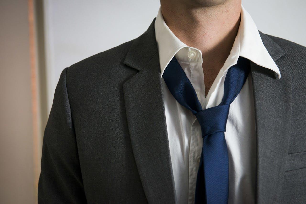 DEN HAAG ARCHIEFFOTO - Man met losse stropdas. ANP XTRA ROOS KOOLE