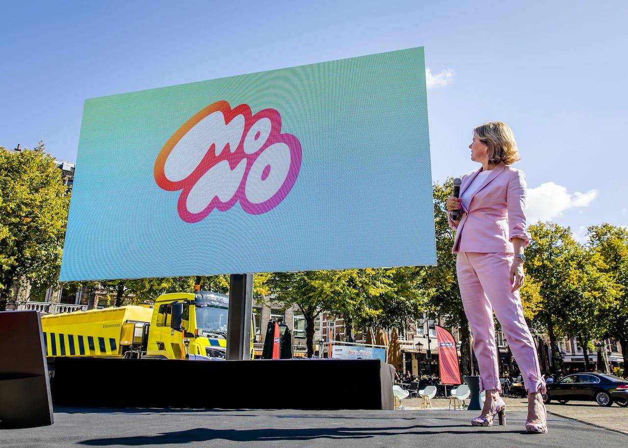Minister Cora van Nieuwenhuizen van Infrastructuur en Waterstaat op het Plein tijdens de start van de campagne Aandacht in het verkeer. De campagne vraagt aandacht voor veilig gebruik van smartphones in het verkeer.