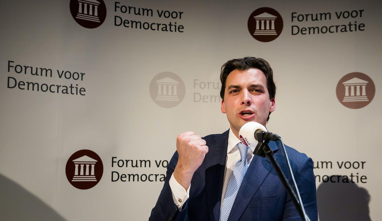 Thierry Baudet (FvD) spreekt de aanwezigen toe tijdens de uitslagenavond van de Provinciale Statenverkiezingen en de waterschapsverkiezingen.