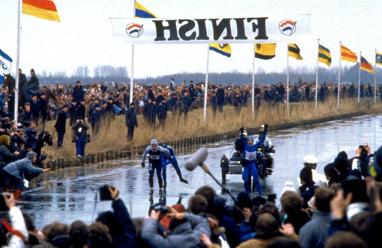 Evert van Benthem gaat als eerste door de finish op de Bonkevaart in Leeuwarden en wint de 13e Elfstedentocht.