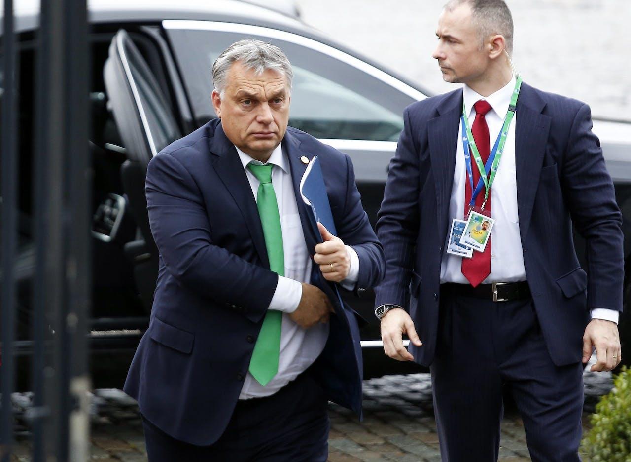 De Hongaarse premier Viktor Orban (L) komt aan in Brussel voor het overleg over onder meer migratie.