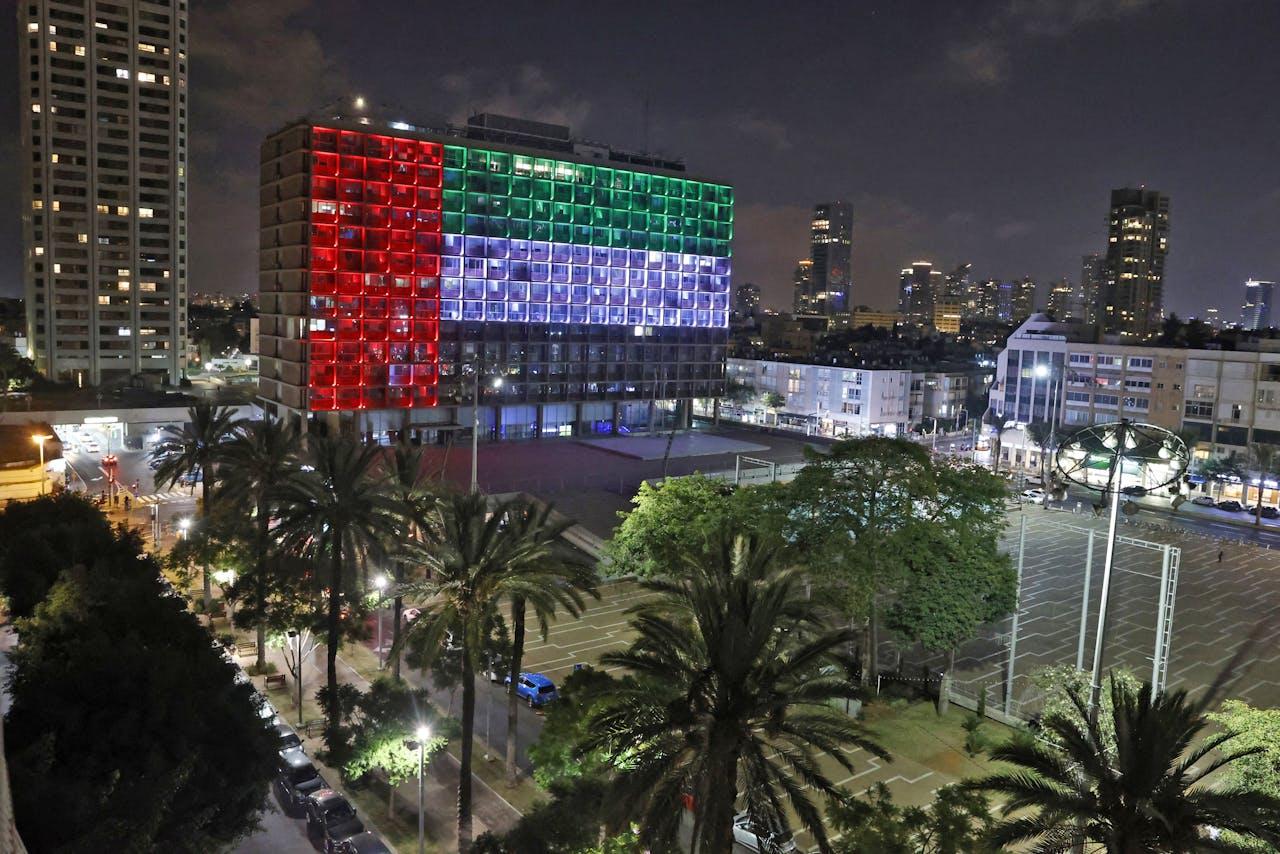 Gebouw in Tel Aviv in de kleuren van de vlag van de Verenigde Arabische Emiraten nadat het akkoord bekend werd