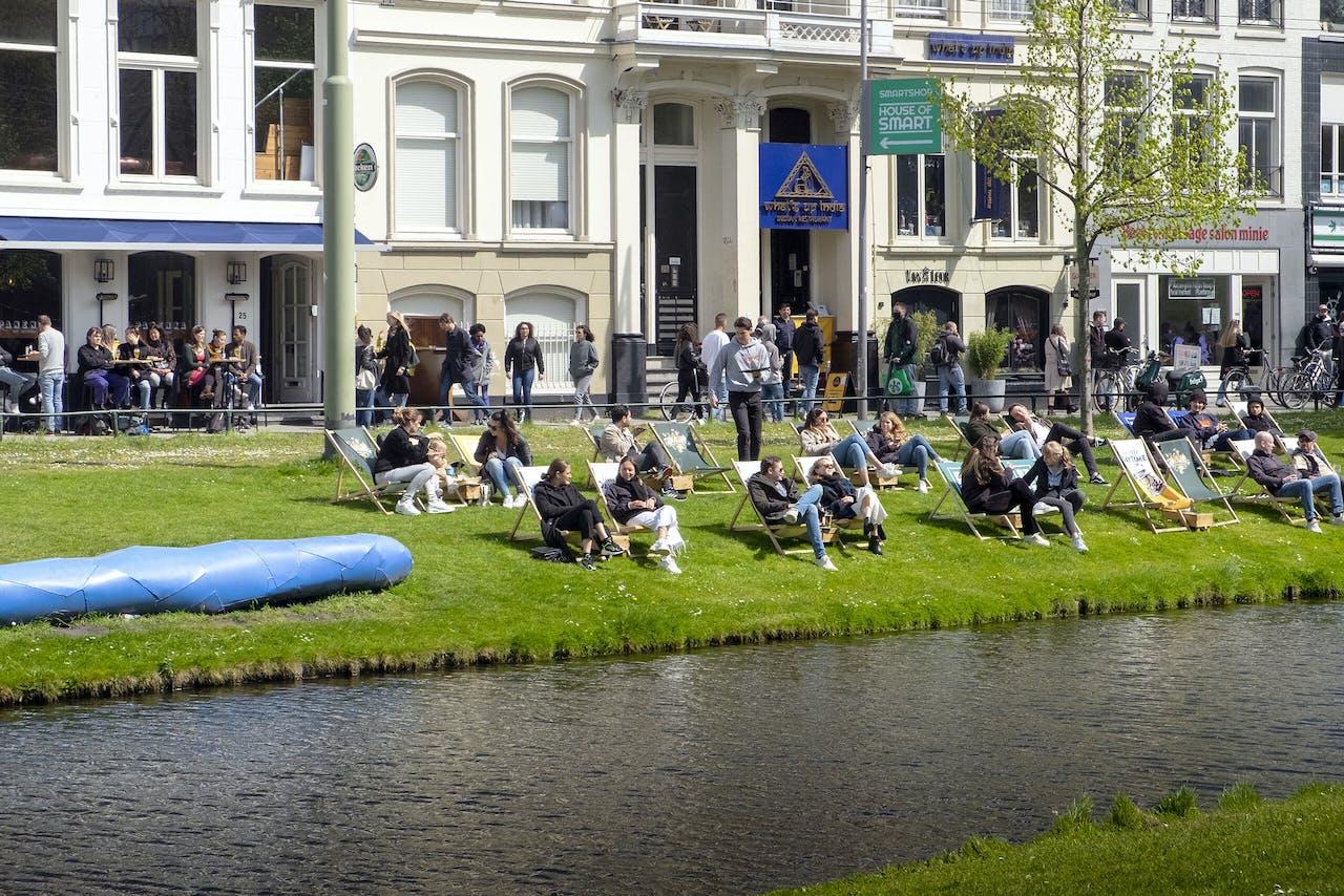 Rotterdam. Het cafe en restaurant Panenka op de Eendrachtsweg in Rotterdam centrum. Vooral studenten en jongeren zitten in de ligstoelen op het grasveld. Foto: ANP / Hollandse Hoogte / Hans van Rhoon