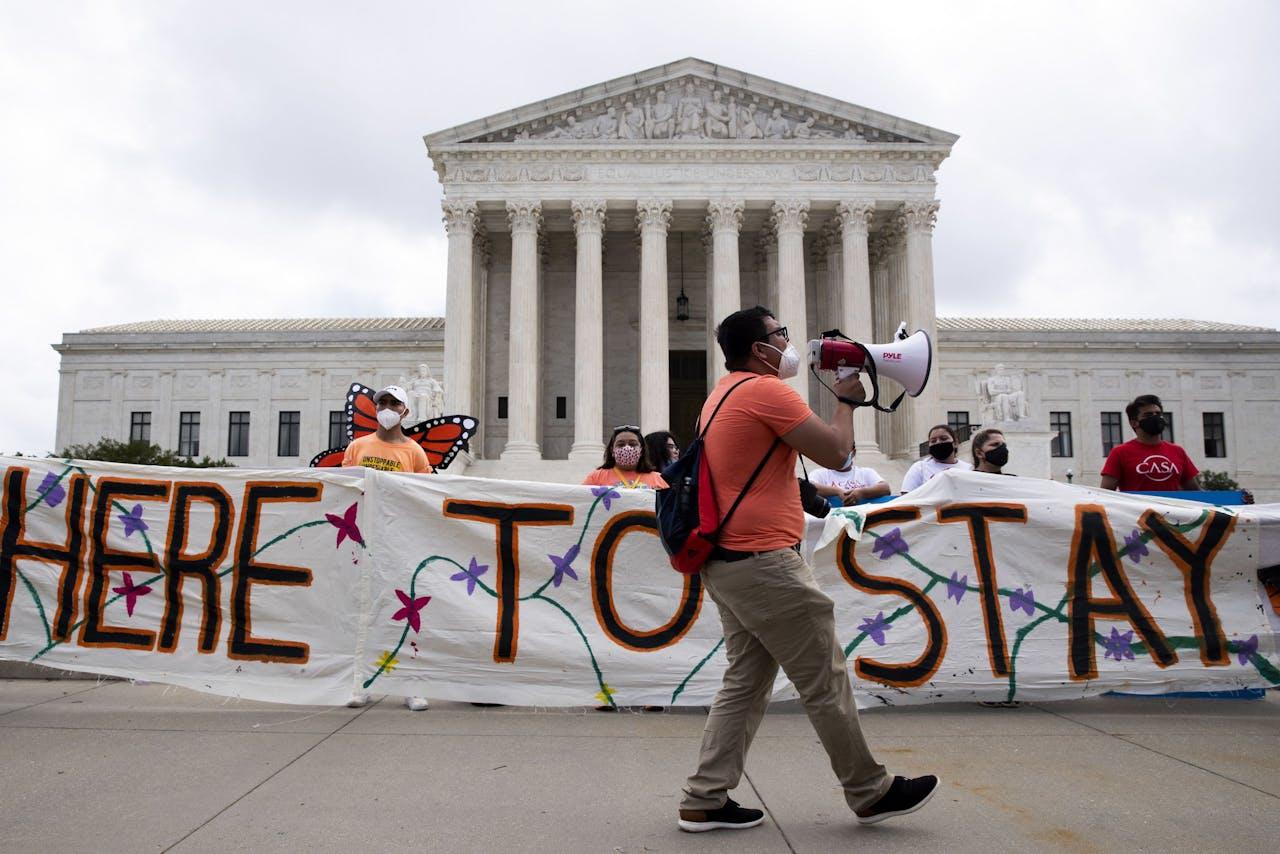 Demonstranten buiten het Hooggerechtshof