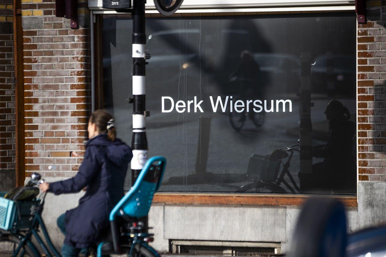 Het kantoor van strafrechtadvocaat Peter Plasman richtte een etalage in als eerbetoon aan collega Derk Wiersum.