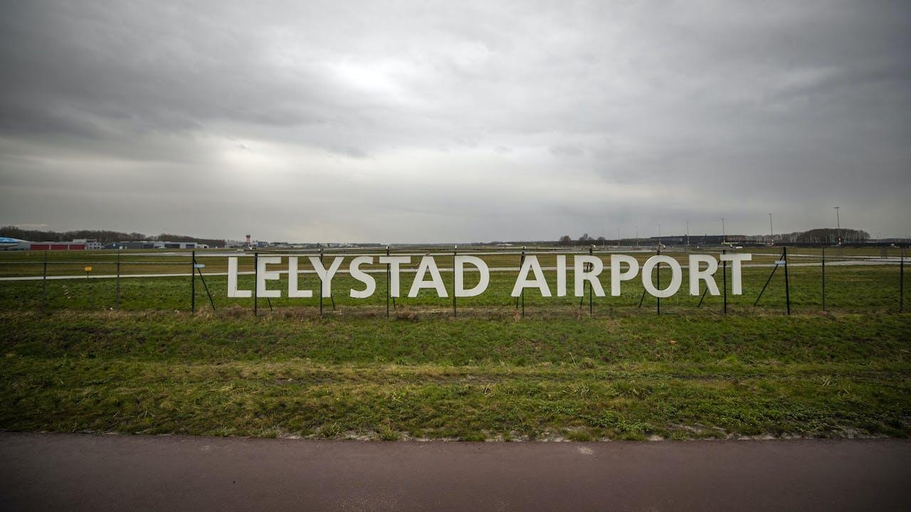 LELYSTAD - Exterieur van Lelystad Airport. Volgens de commissie-Remkes moet de stikstofuitstoot rond Lelystad opnieuw worden berekend. Nu is de uitstoot waarschijnlijk te laag ingeschat. ANP JEROEN JUMELET