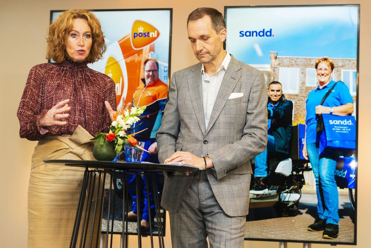 Herna Verhagen, CEO van PostNL, en Ronald van de Laar, directeur van Sandd Holding, geven een toelichting op de voorgenomen samenvoeging van de postnetwerken van PostNL en Sandd.