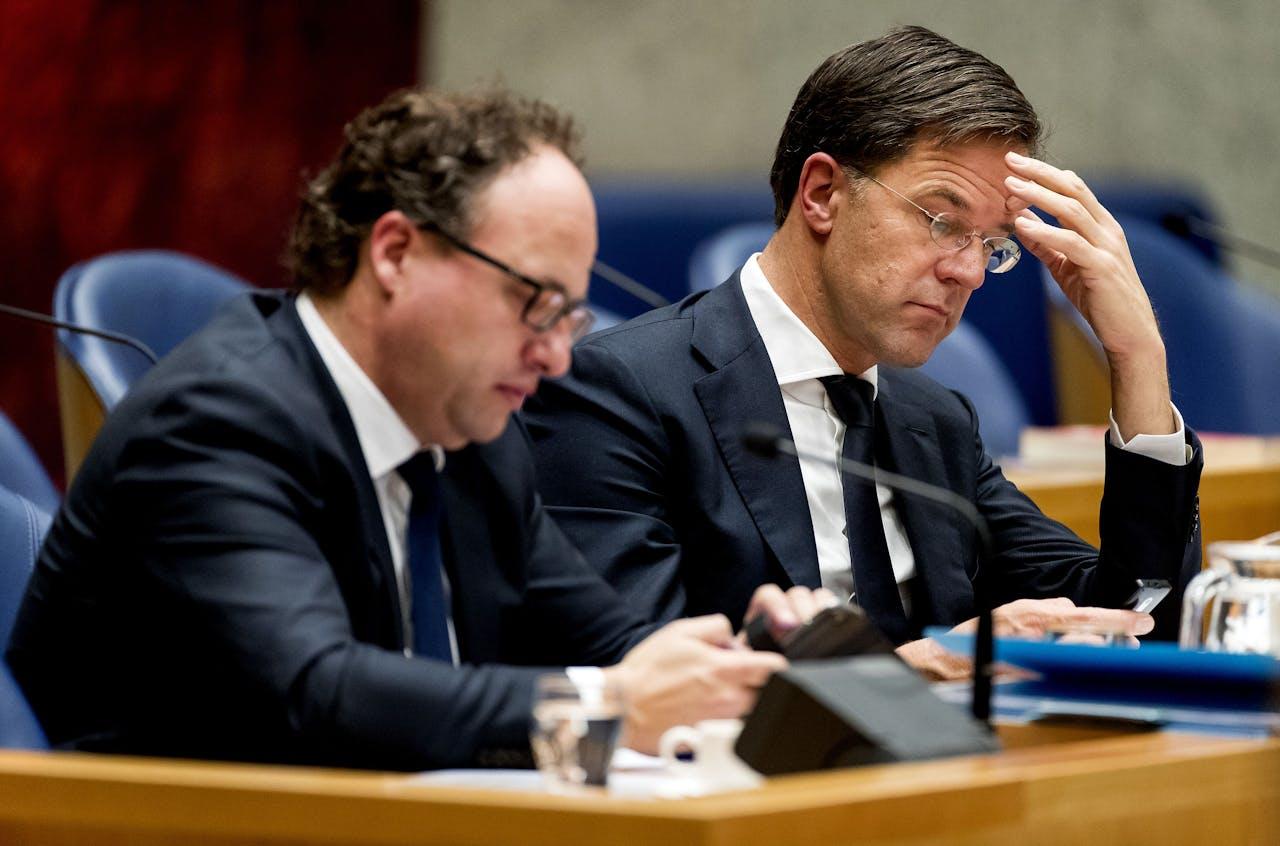 2018-11-27 17:29:49 DEN HAAG - Minister Wouter Koolmees (Sociale Zaken en Werkgelegenheid) en premier Mark Rutte in de Tweede Kamer voor het plenaire debat over de misgelopen onderhandelingen rond een nieuw pensioenakkoord. ANP KOEN VAN WEEL