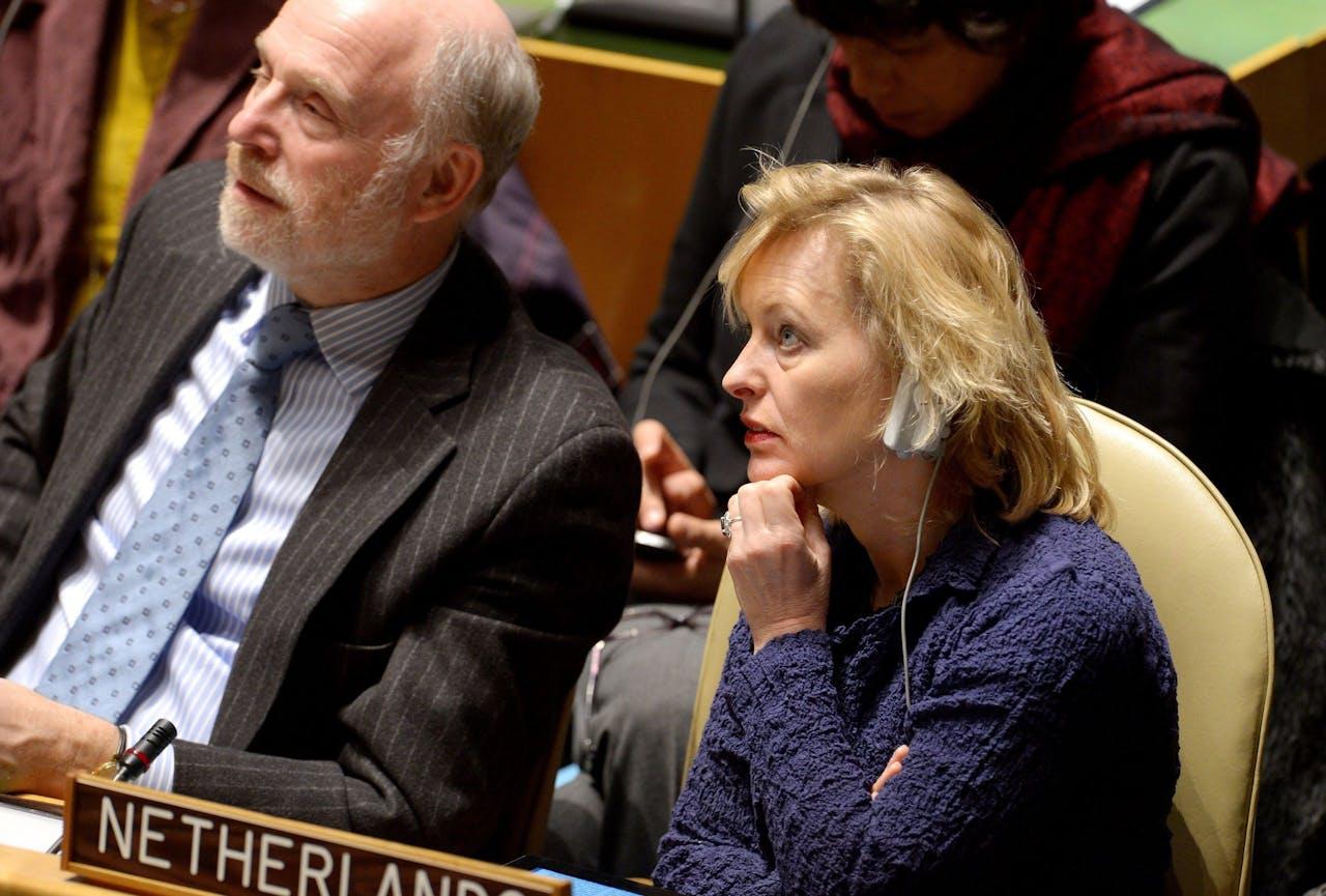Herman Schaper, oud-diplomaat (links), naast Jet Bussemaker bij een commissievergadering van de Verenigde Naties.