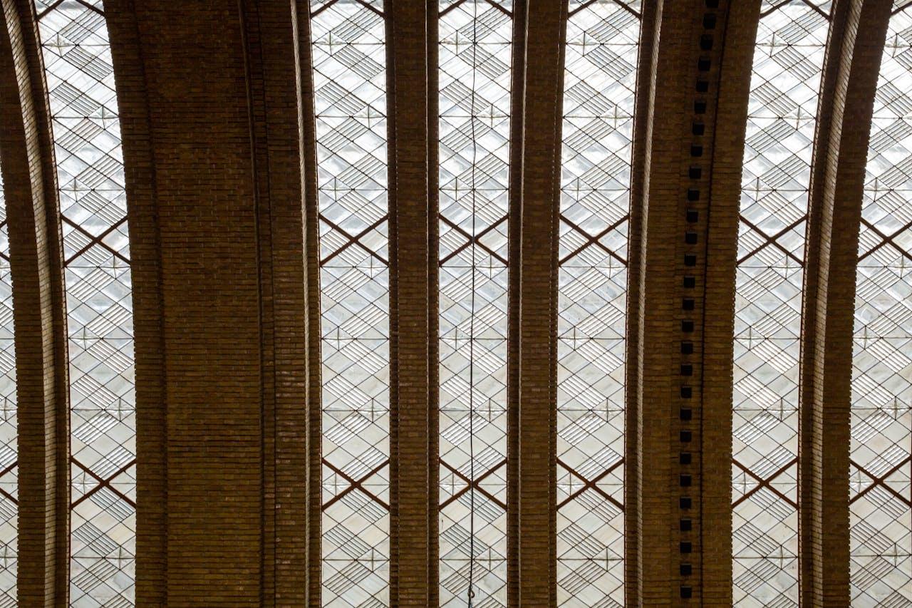 Het kenmerkende parabool-plafond van de centrale hal.