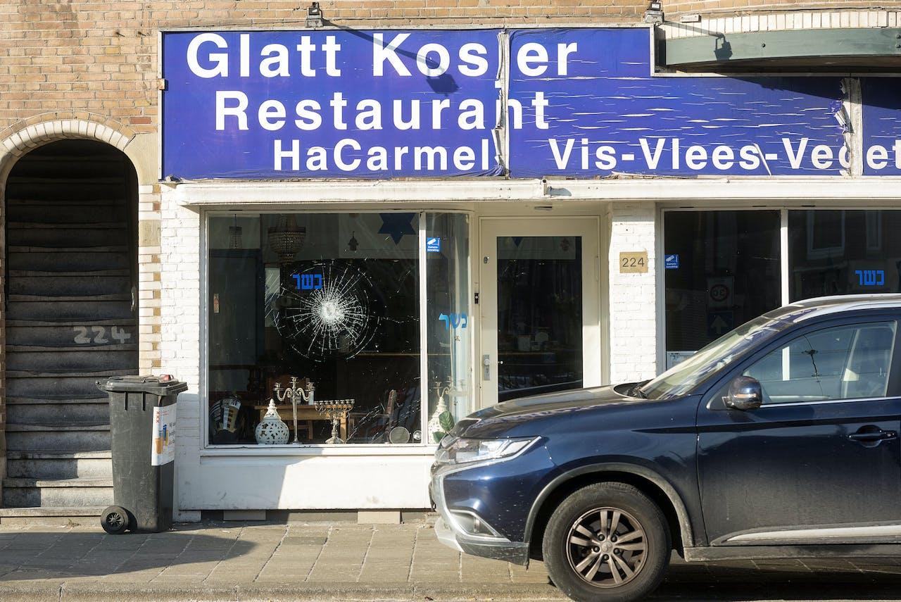 Schade aan het Israëlische restaurant HaCarmel aan de Amstelveenseweg in Amsterdam.