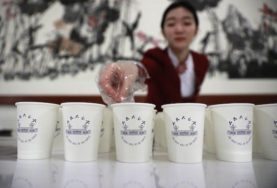Een Chinese stewardess schenkt dan maar thee