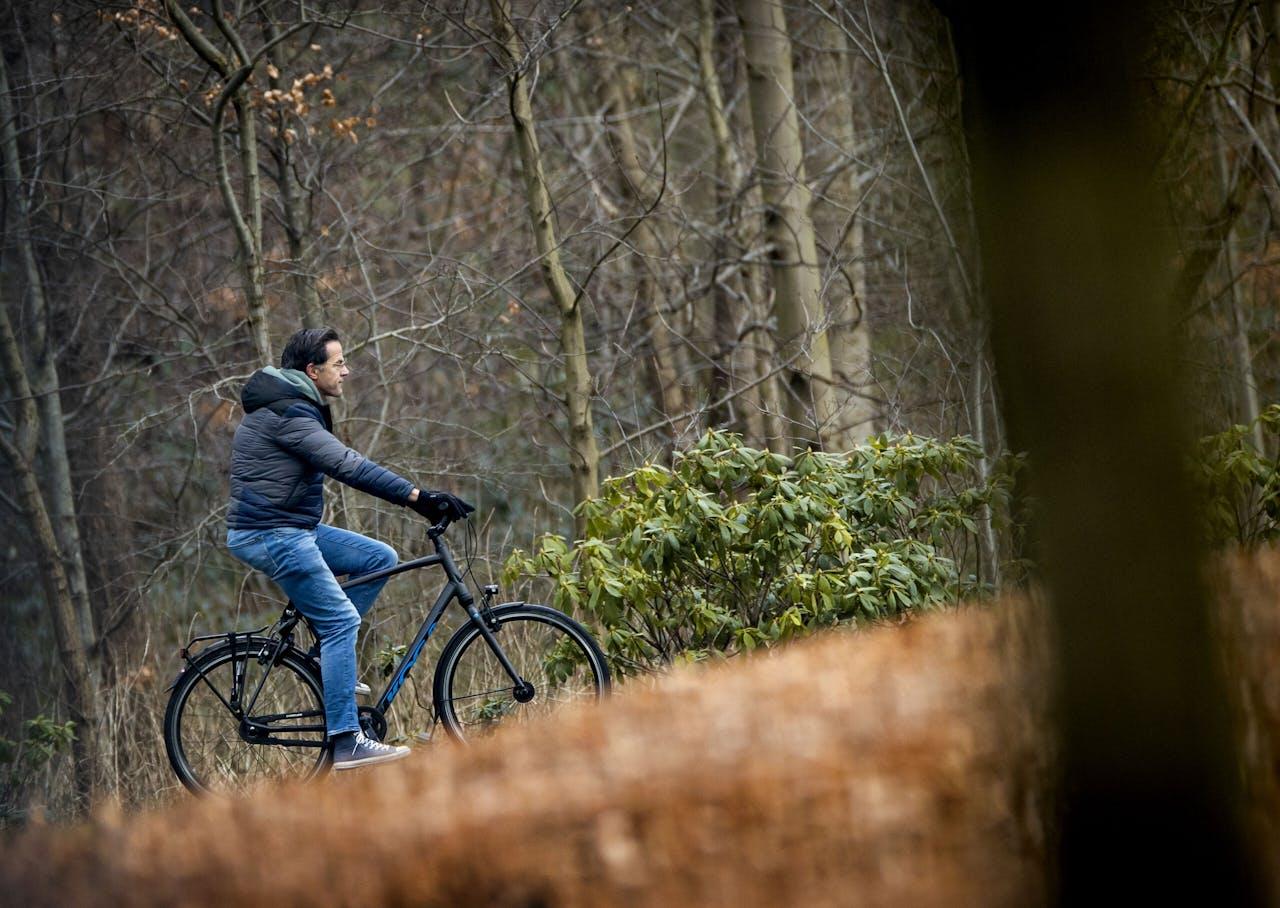 Demissionair premier Mark Rutte fietst naar het Catshuis