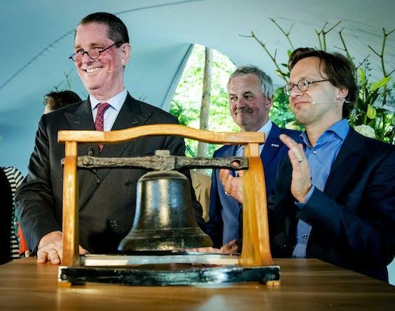 Paul Loven, de eerste voorzitter, en Ronald van Raak (SP) tijdens de opening van het Huis van de Klokkenluiders.