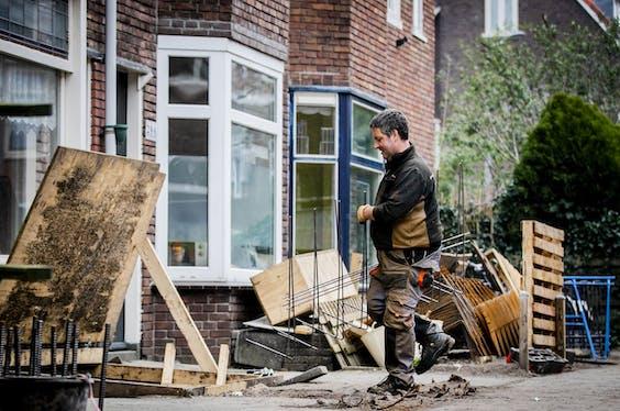 De fundering van een huis wordt hersteld.
