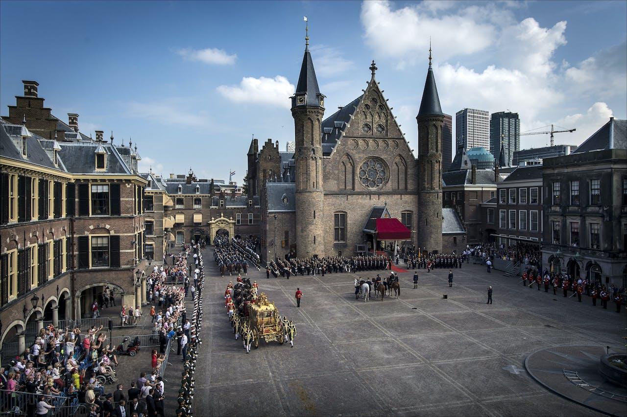 De Gouden Koets vertrekt dinsdagmiddag tijdens Prinsjesdag 2014 van het Binnenhof in Den Haag.