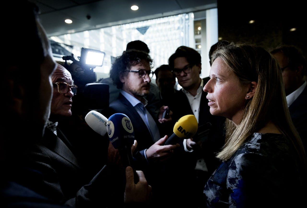 Carola Schouten, minister van Landbouw, Natuur en Voedselkwaliteit, omringd door het journaille.