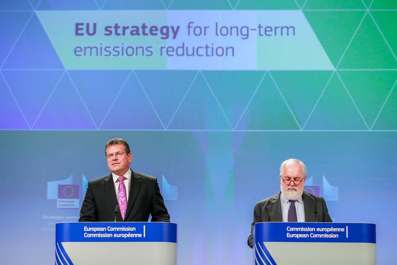 Europese Commissie Vice-President voor Energie Maros Sefcovic (L) en Eurocommissaris Klimaatactie en Energie Miguel Arias Canete (R).