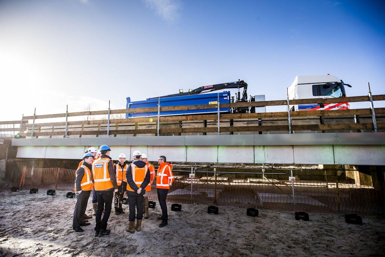 Staatssecretaris Stientje van Veldhoven van Infrastructuur en Waterstaat tijdens de opening van het eerste betonnen circulaire viaduct van Nederland. De elementen uit het viaduct kunnen hergebruikt worden.
