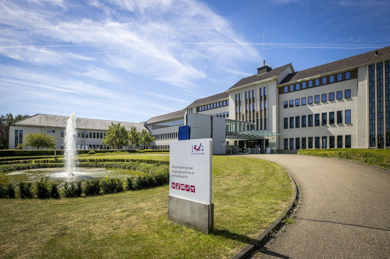 Exterieur van de rechtbank in Maastricht voorafgaand aan de uitspraak in de strafzaak tegen Thijs H..
