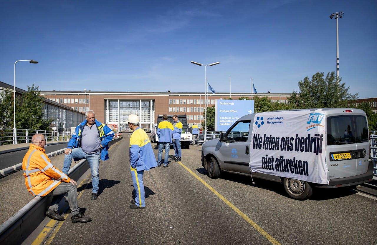 Werknemers van Tata Steel blokkeerden de ingang van het bedrijf dinsdagochtend.