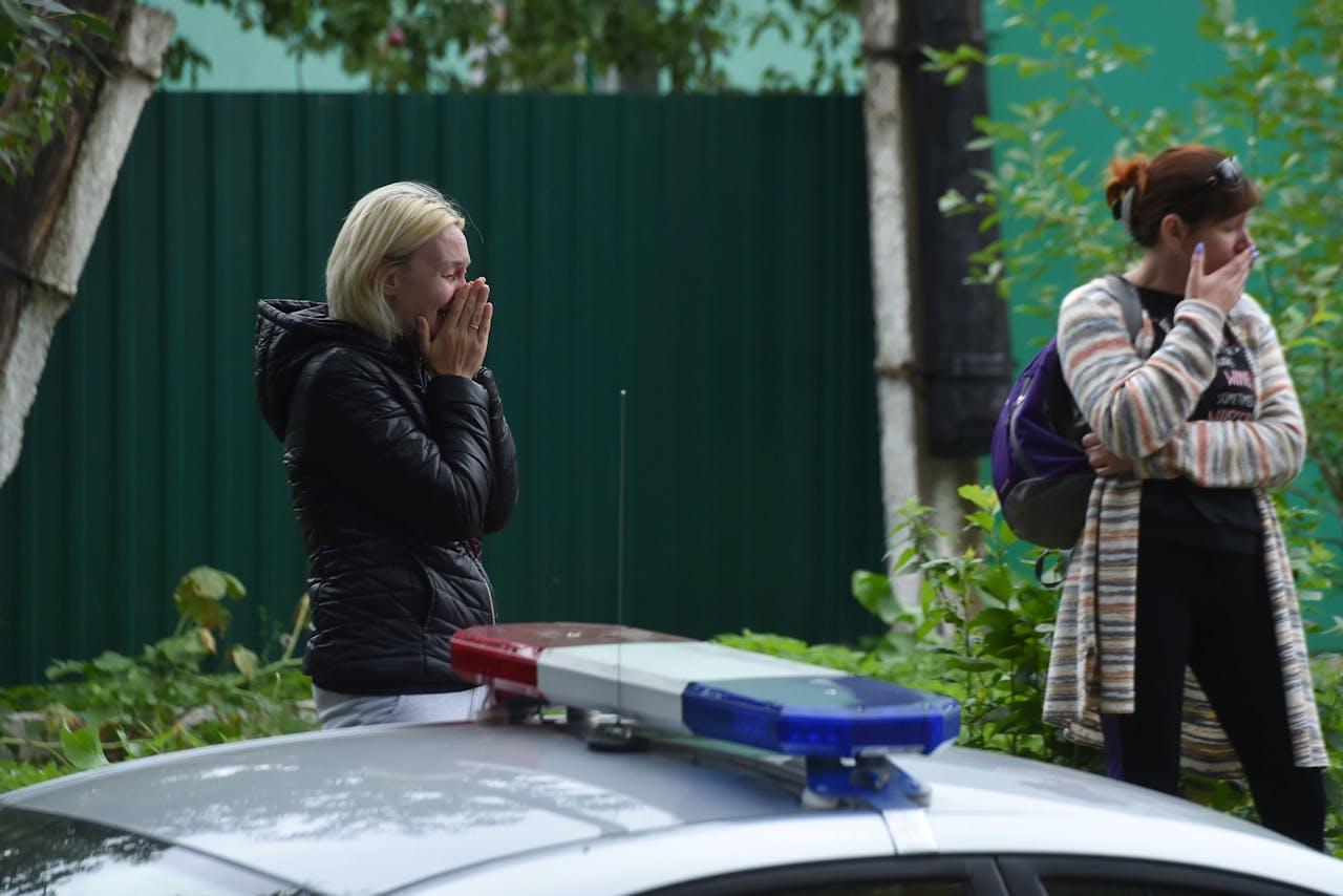Wit-Russen op zoek naar familie en vrienden bij een gevangenis