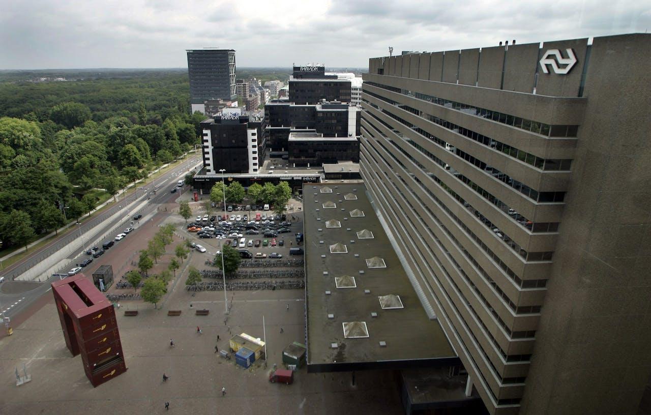 Rechts het Centraal Station Den Haag met daarachter winkelcentrum Babylon.