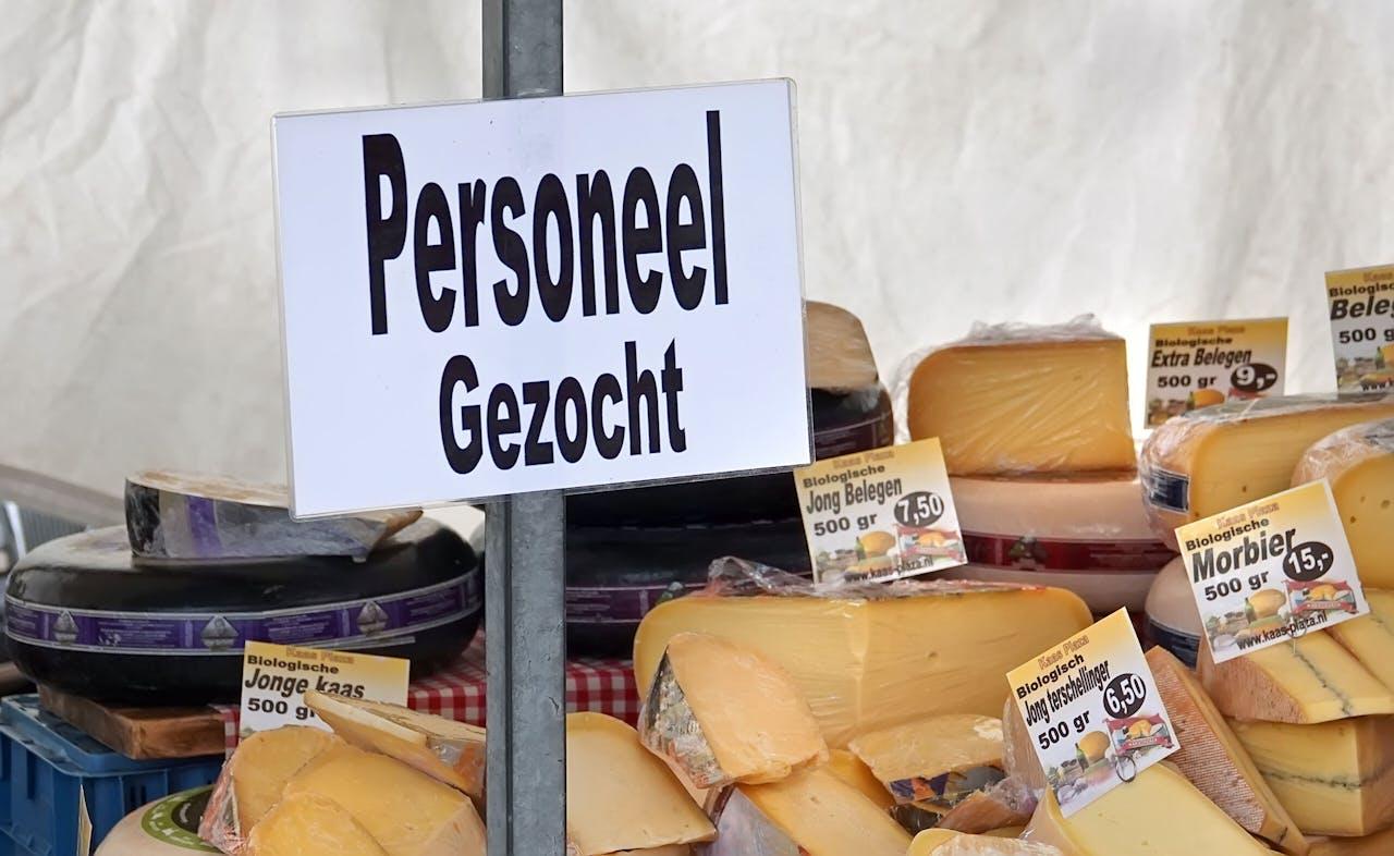 Nederland - Amsterdam - 2021. De Biologische Boerenmarkt. Personeel gezocht. Foto : ANP/ Hollandse Hoogte / Berlinda van Dam