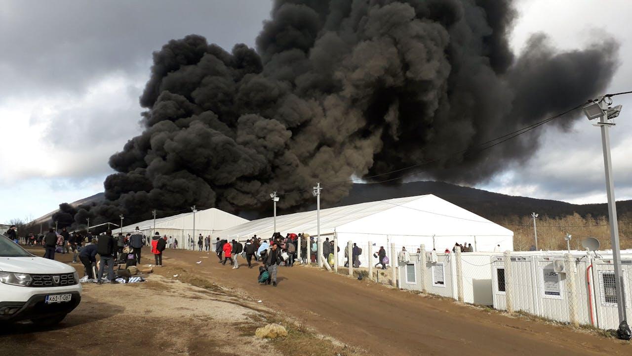 Op 23 december brandt kamp Lipa af, naar verluidt aangestoken door woedende (oud-)bewoners van het kamp. AFP