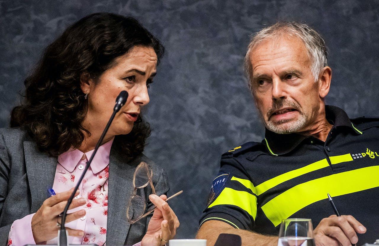 Burgemeester Femke Halsema en Jan Pronker, politie Amsterdam, tijdens de raadsvergadering waarin wordt gesproken over de liquidatie van advocaat Derk Wiersum en het bezit van een verboden wapen in de ambtswoning.