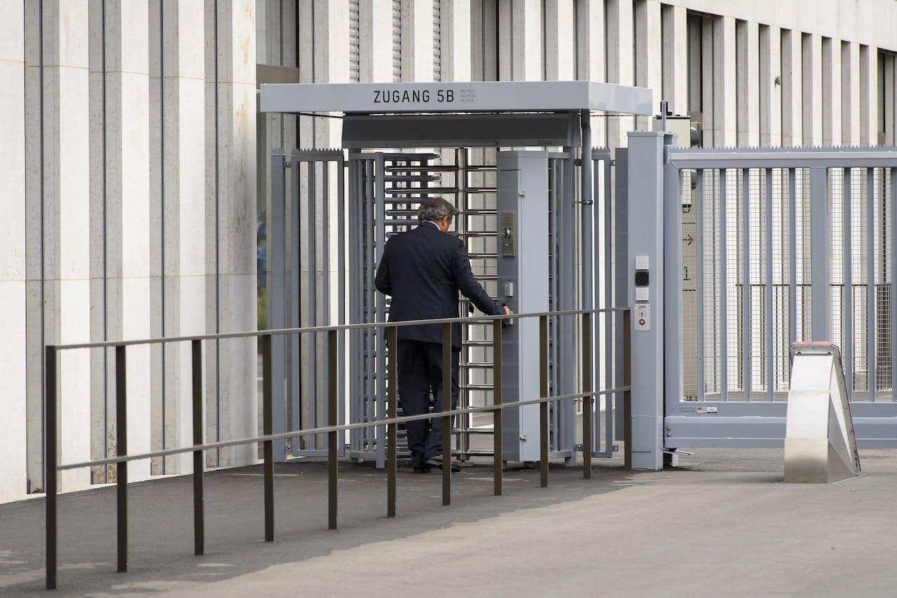 Michel Platini betreedt het gebouw van de Openbaar Aanklager in Berg