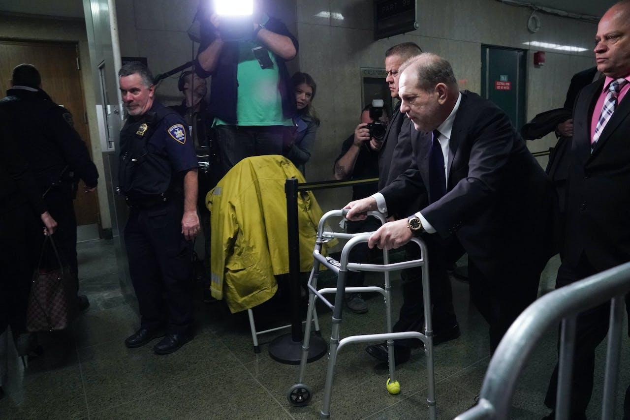 Harvey Weinstein bij het verlaten van de rechtbank in New York