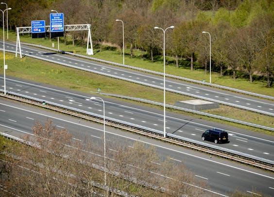 Een vrijwel lege A28 bij Utrecht van bovenaf.