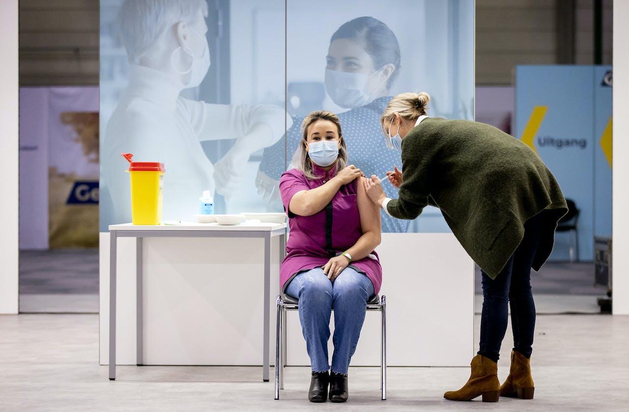 Zorgmedewerkster Sanna Elkadiri krijgt de eerste coronavaccinatie in Nederland toegediend.