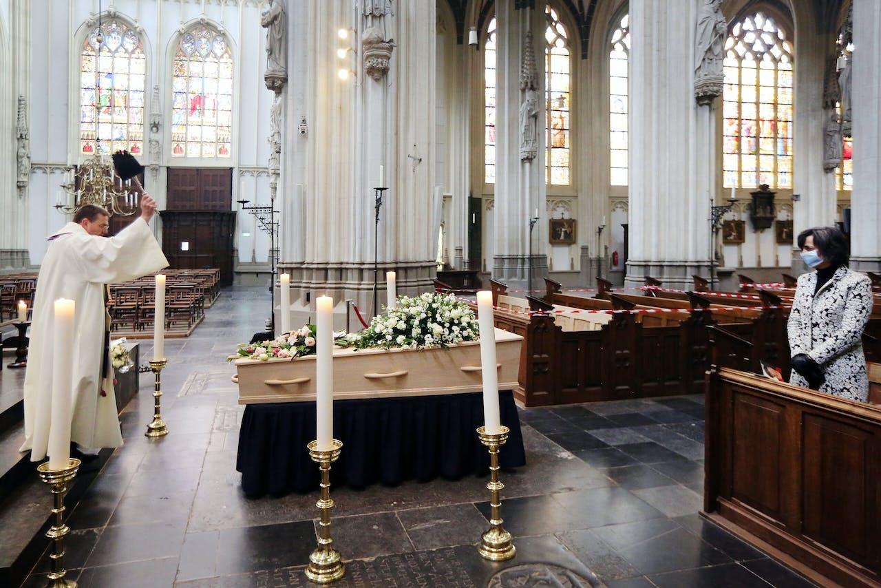 DEN BOSCH - Uitvaartplechtigheid in de Bosche Sint-Jan Kathedraal ten tijde van Corona. ANP RAMON MANGOLD