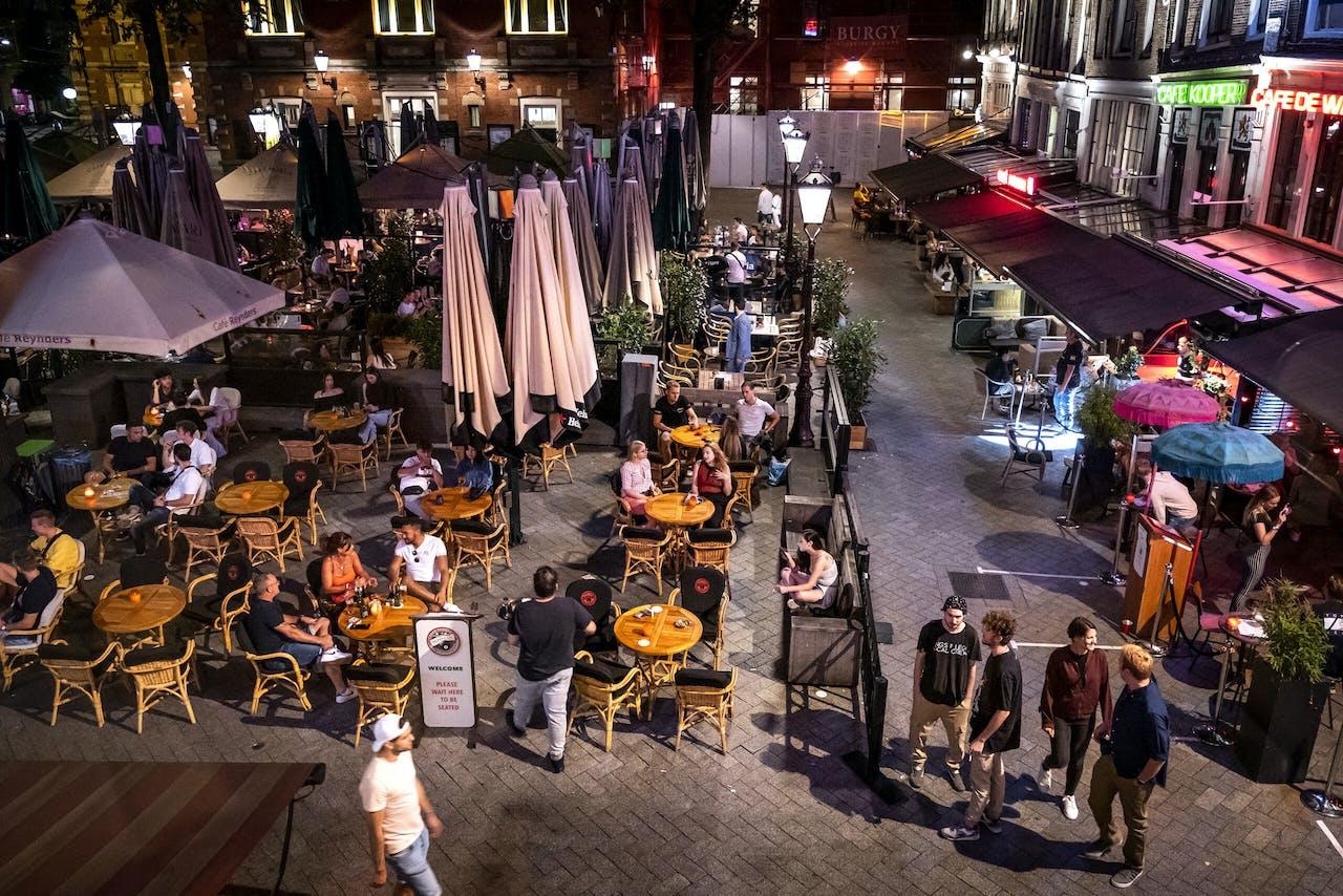 AMSTERDAM - Terrasjes op het Leidseplein in Amsterdam. Horecagelegenheden maken zich zorgen over de coronamaatregelen, nu het terrasseizoen op zijn einde loopt.
