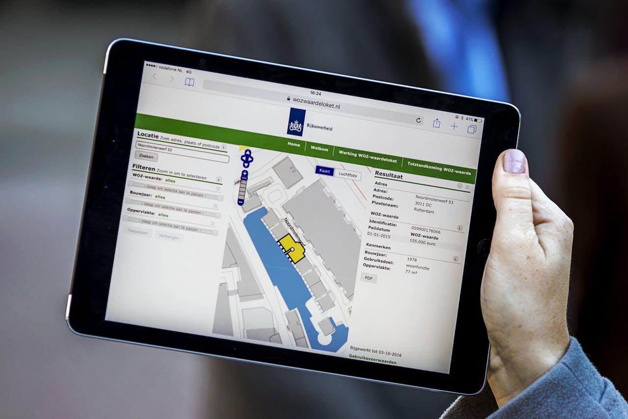 De website van het WOZ-waardeloket op een iPad. Met het loket kunnen burgers online de WOZ-waarde van woningen raadplegen.