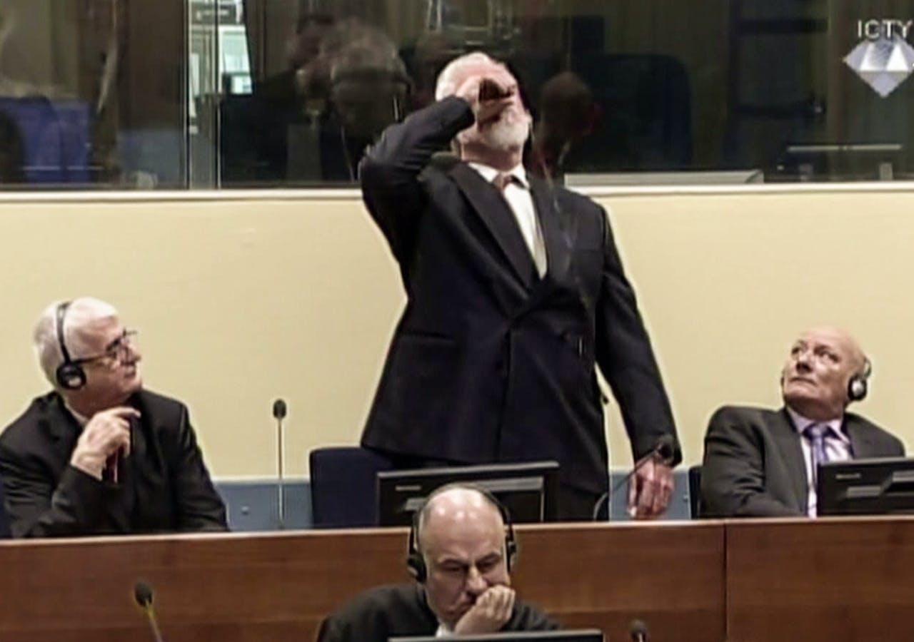 Screenshot van tribunaalbeelden van Slobodan Praljak die vergif innam bij de uitspraak van zijn vonnis door het Joegoeslavië Tribunaal.