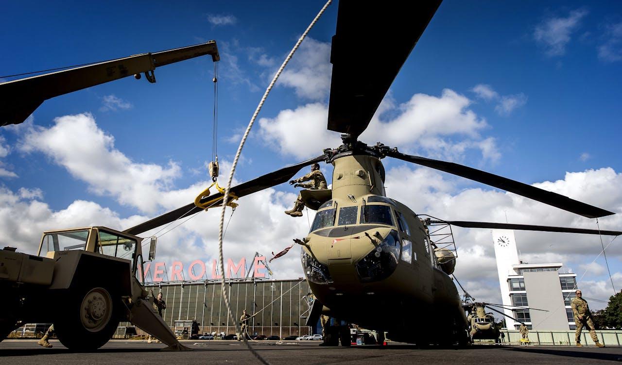 Een Chinook helikopter van het Amerikaanse leger in de haven in Rotterdam.