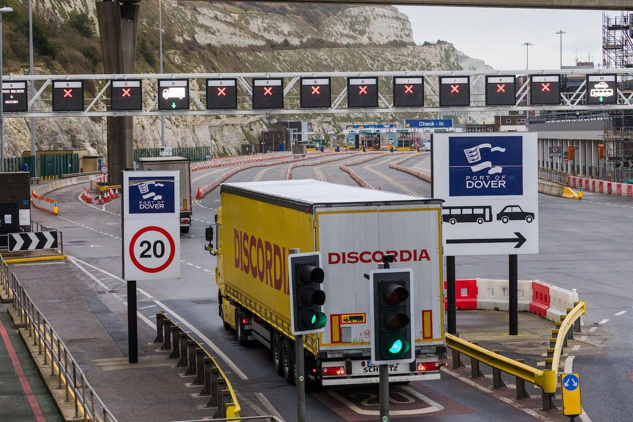 Een truck staat voor grotendeels rode kruizen in de haven van Dover