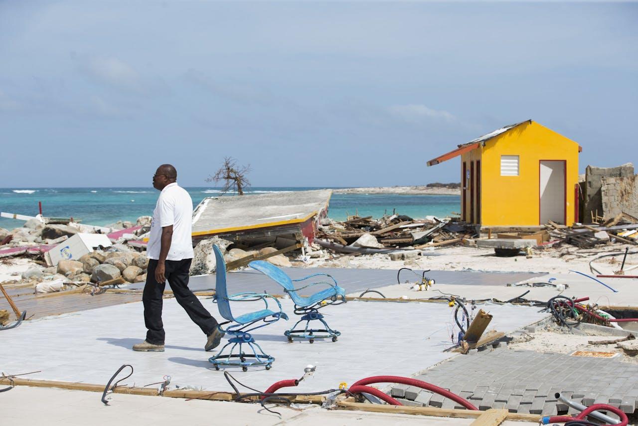 Ravage op het strand van Orient Bay, aangericht door de orkaan Irma op het Franse gedeelte van Sint Maarten, vlakbij de Nederlandse grens op het eiland.